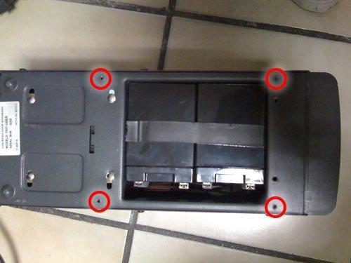 Es necesario desatornillar los cuatro tornillos marcados los cuales sostien la tapa para poder accesar a las bateria