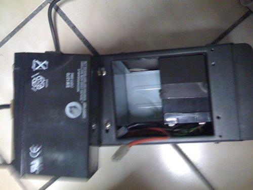 En este paso ya retiramos una de las baterias y podemos ver el modelo que requerimos.