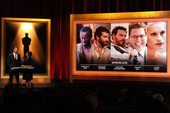 El actor Chris Hemsworth y la presidenta de la Academia Cheryl Boone Isaacs en la presentación de los nominados