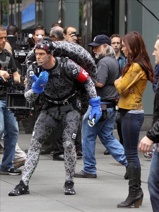 "Megan Fox and Alan Ritchson holds hands at ""Teenage Mutant Ninja Turtles"" set in NYC"