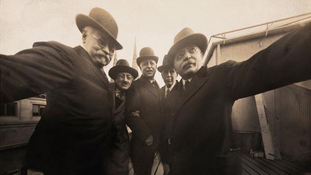 Tomada en 1920 esta es una de las primeras selfies donde aparecen fotógrafos de la empresa Byron en el estudio de fotografía Marceau