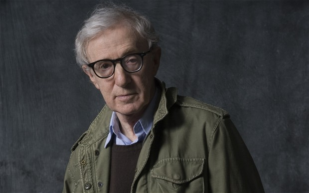 Woody Allen tiene 79 años. Es dramaturgo, músico, director, guionista, actor, humorista y escritor. Ha ganado el premio Óscar 4 veces.