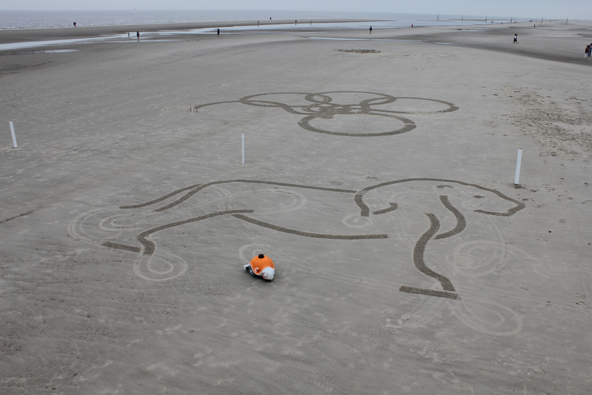 Diseño realizado desde el telefono y reproducido en la arena por el robot