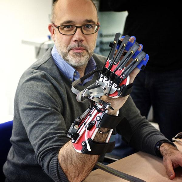 Esta es la mano robótica SCRIPT, que servirá como terapia para los enfermeros con parálisis en las manos