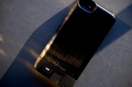 carga-tu-iphone-desde-su-carcaza-con-mycharge-1