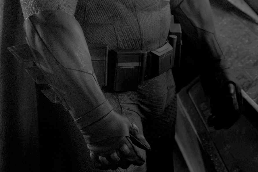 Los guantes y el cinturón en detalle