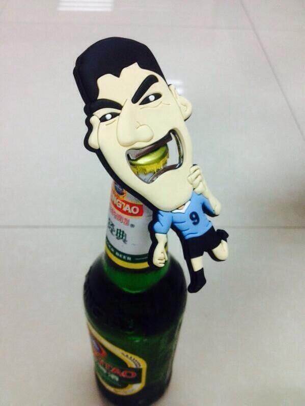 Destapador alusivo a la mordida que Luis Suarez quien propino al jugador italiano Giorgio Chiellini. La imagen no corresponde al producto final.