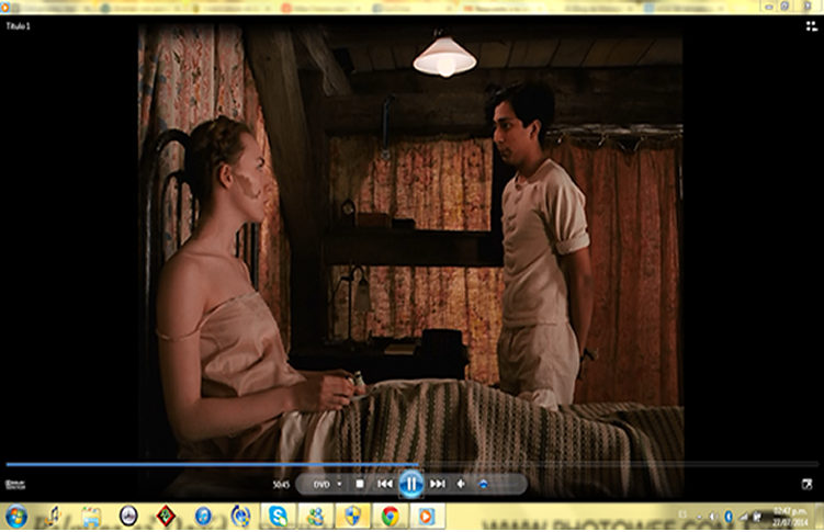 Agatha y Zero discutiendo del robo de la obra de arte; Agatha aparece con el tirante de su blusa colgando por su hombro, durante el minuto 50 del film