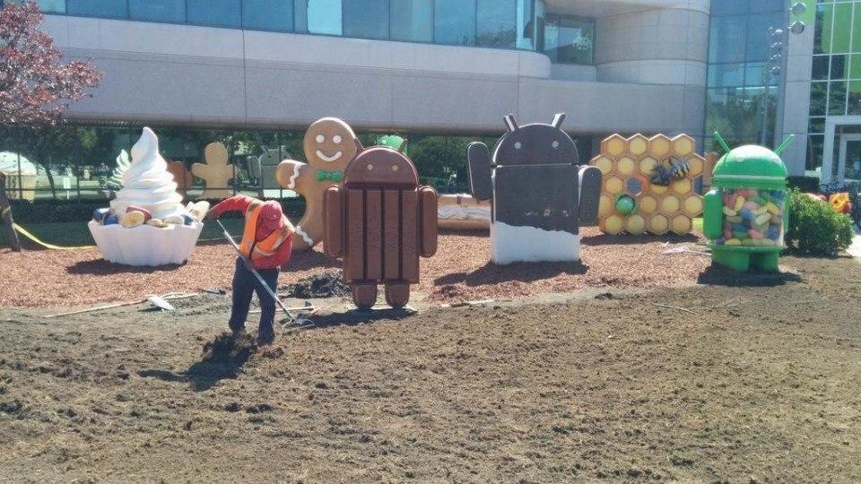 Googleplex y el jardín donde alojan las estatuas de las versiones de Android