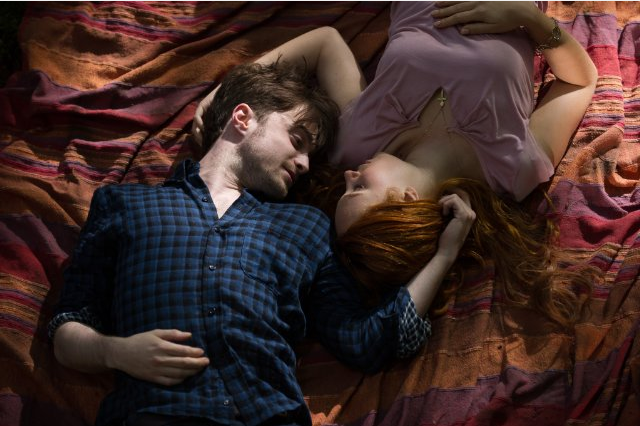 Daniel Radcliffe (Ig Perrish) y Juno Temple (Merrin Williams)